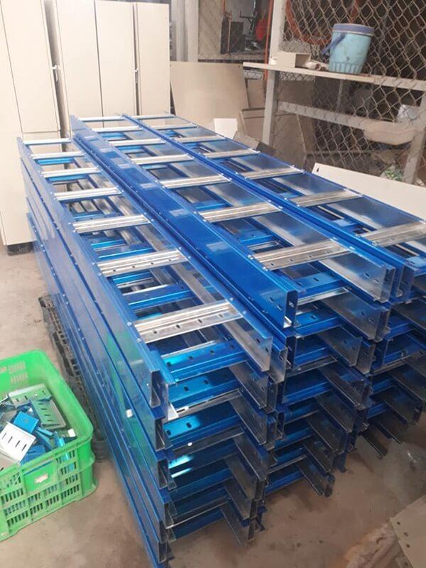 Chuẩn bị phụ kiện và nguyên vật liệu để thi công thang máng cáp chuyên nghiệp